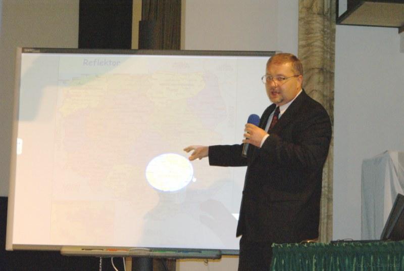 Jacek-Wolowiec-pokazuje-jak-na-lekcji-mozna-wykorzystac-tablice.jpg