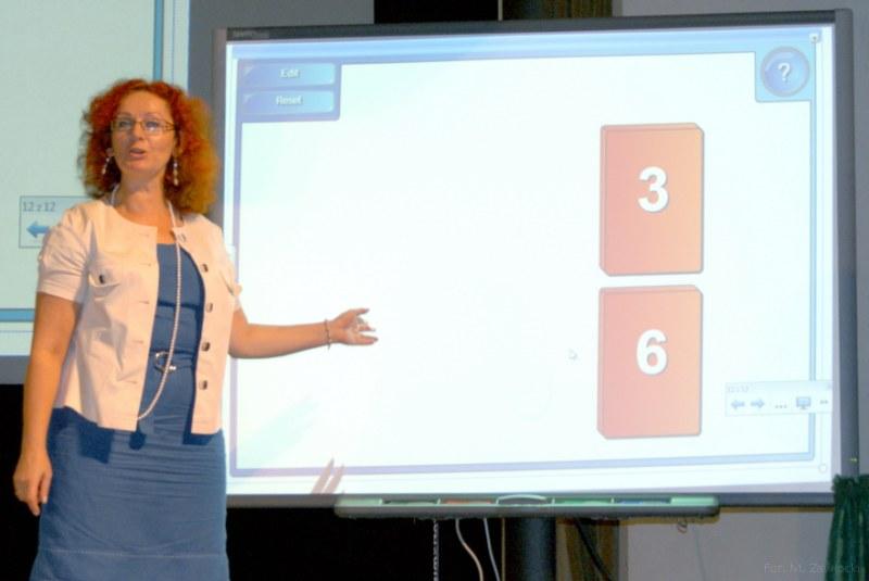 Malgorzata-Muzol-Swietokrzyski-Kurator-Oswiaty-wziela-udzial-w-cwiczeniach-interaktywnych-z-wykorzystaniem-tablicy.jpg