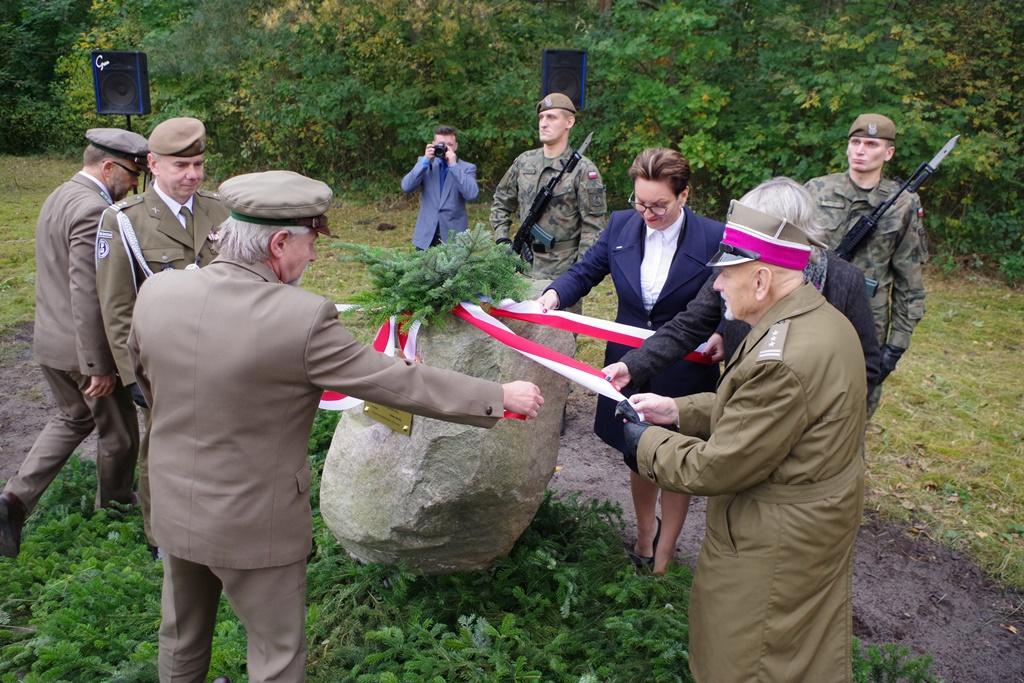 odsloniecie-pomnika-majora-dobrzanskiego-hubala-polagiew-gmina-brody-powiat-starachowickiIMGP7842.JPG